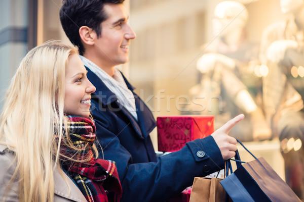 Nő férfi karácsony ajándékok város bolt Stock fotó © Kzenon