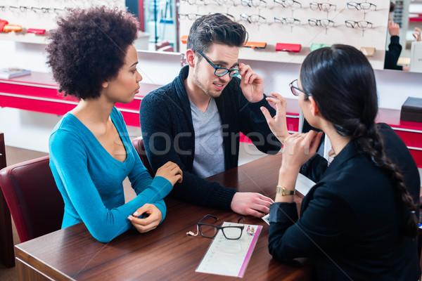 Kadın adam satın alma gözlük gözlükçü depolamak Stok fotoğraf © Kzenon