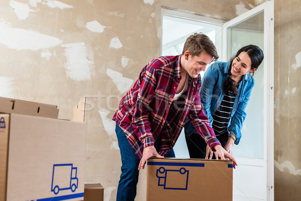 Fiatal pér nyitás dobozok rendbehoz új otthon szeretet Stock fotó © Kzenon
