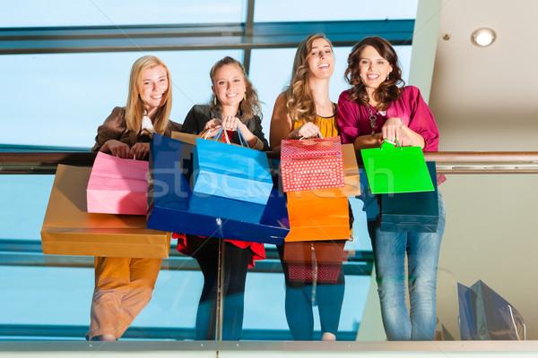 Vier vrouwen vrienden vrouwelijke Stockfoto © Kzenon