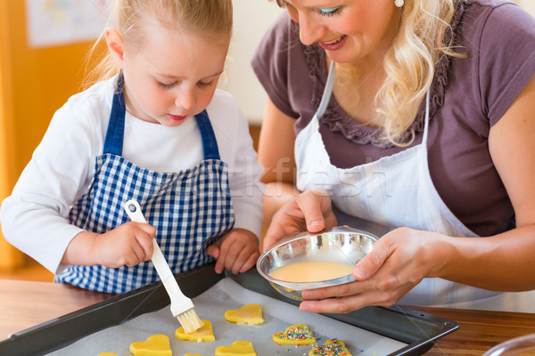 Anya lánygyermek sütés sütik együtt család Stock fotó © Kzenon