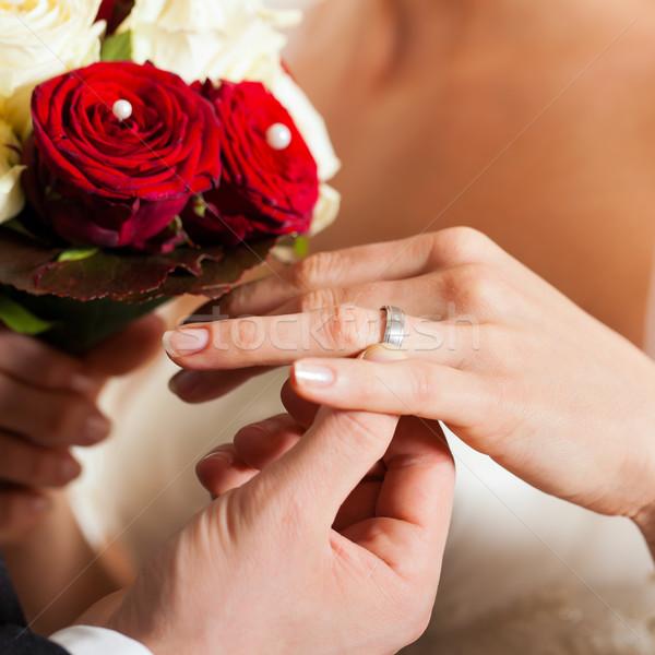 Esküvő pár virágcsokor menyasszonyi gyűrű kéz Stock fotó © Kzenon