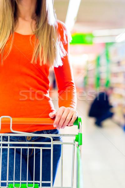 Nő bevásárlókocsi áruház vezetés élelmiszer vásárlás Stock fotó © Kzenon