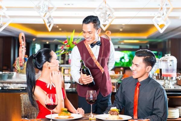 Foto stock: Garçom · vinho · asiático · restaurante · garrafa