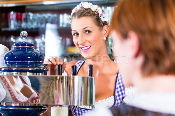 Pub clientes mujeres cerveza restaurante bar Foto stock © Kzenon