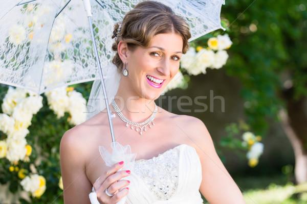 Novia boda sombrilla jardín verano flores Foto stock © Kzenon