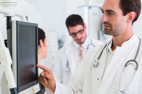 врач экране МРТ сканирование больницу врачи Сток-фото © Kzenon