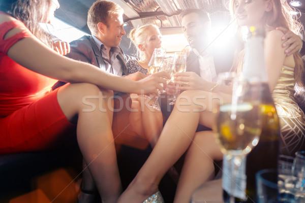 Groep partij mensen drinken naar camera Stockfoto © Kzenon