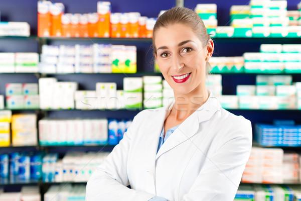 Kobiet farmaceuta apteki portret młodych doświadczony Zdjęcia stock © Kzenon