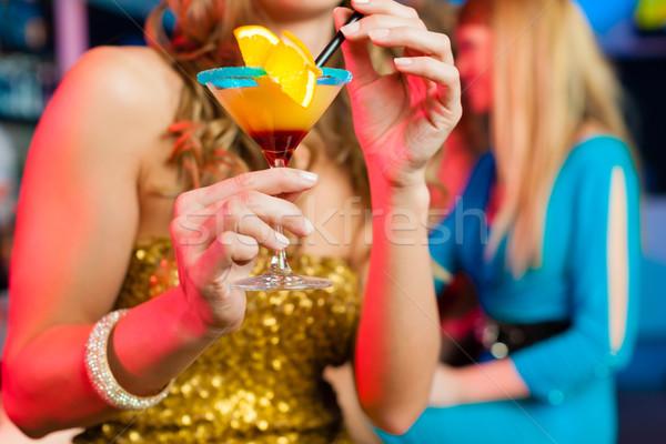 Mensen club bar drinken cocktails jonge vrouwen Stockfoto © Kzenon