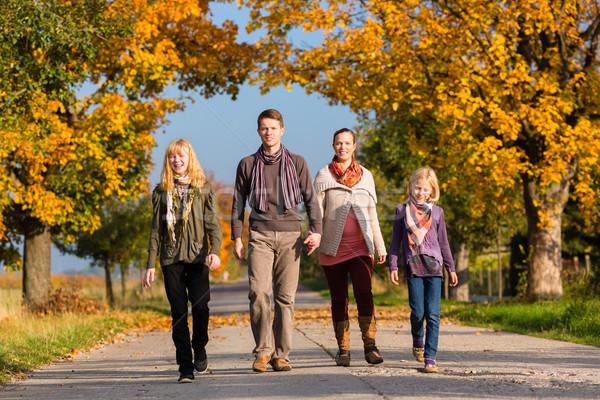 Foto stock: Família · andar · colorido · árvores · outono · jovem