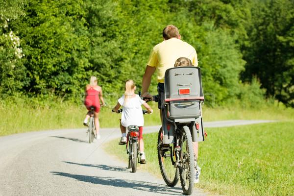 Stok fotoğraf: Aile · iki · çocuklar · binicilik · bisikletler · yaz