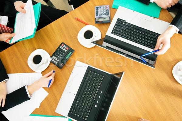 Csapatmunka négy személy megbeszél tárgyal szerződés kávé Stock fotó © Kzenon