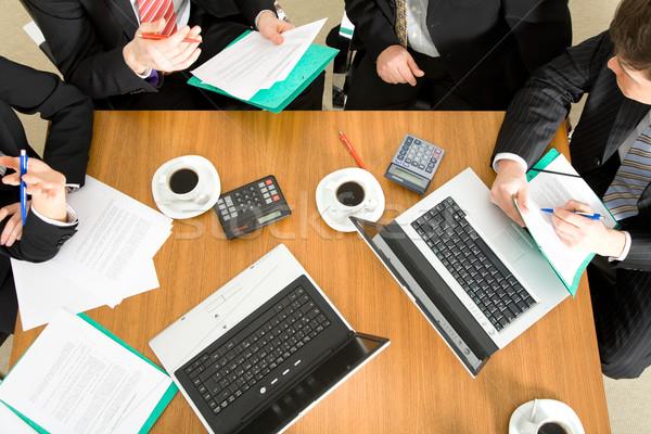 Együttműködés négy személy megbeszél tárgyal szerződés kávé Stock fotó © Kzenon