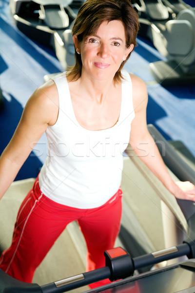 Törik futópad nő rövid néz körül Stock fotó © Kzenon