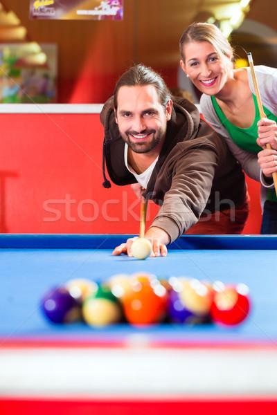 Paar spielen Pool Billard Spiel Freunde Stock foto © Kzenon