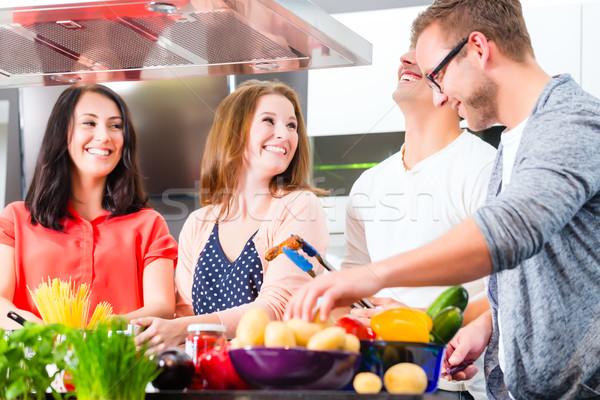 Amici cottura pasta carne domestico cucina Foto d'archivio © Kzenon