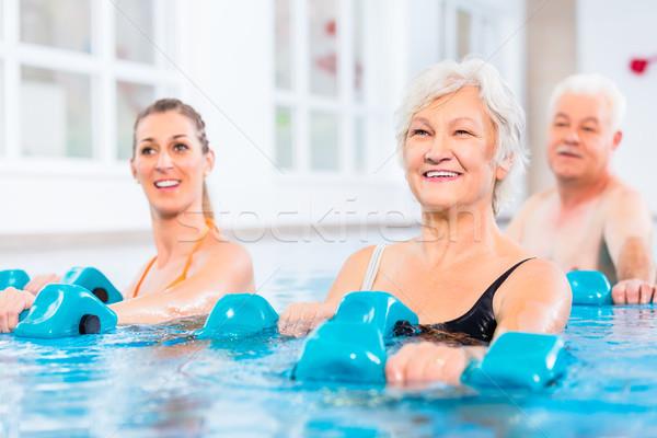 Mensen water gymnastiek fysiotherapie jonge senior Stockfoto © Kzenon