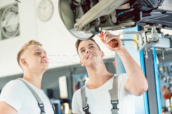 Expérimenté mécanicien automobile enseignement apprenti disque portrait Photo stock © Kzenon