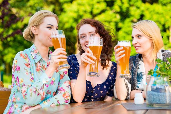 Znajomych piwa ogród publikacji szczęśliwy Zdjęcia stock © Kzenon