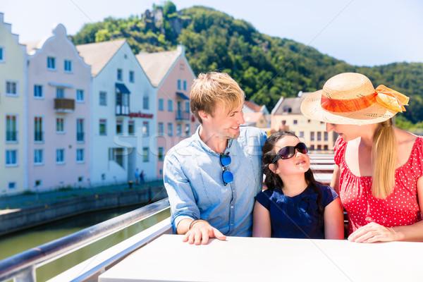 Familie rivier cruise zomer vergadering schip Stockfoto © Kzenon