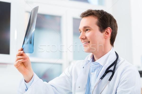 Competente médico Xray imagen radiología jóvenes Foto stock © Kzenon