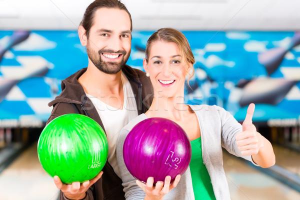 Amici giocare bowling mani uomo Coppia Foto d'archivio © Kzenon