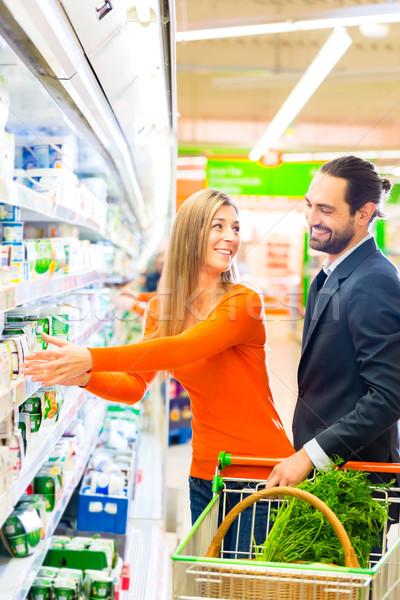 Pár kiválaszt termékek tejtermékek élelmiszer vásárlás Stock fotó © Kzenon