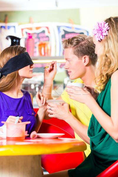 Amigos degustación helado Servicio ojos sabor Foto stock © Kzenon