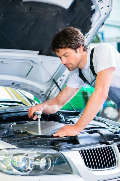 Meccanico diagnostica strumento auto workshop uomo Foto d'archivio © Kzenon