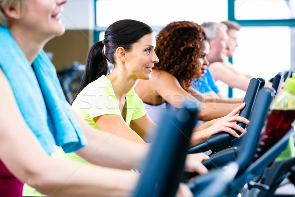 Hombres mujeres fitness deporte grupo jóvenes Foto stock © Kzenon