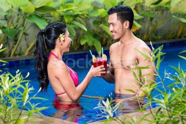 Pár italok medence Ázsia boldog barátok Stock fotó © Kzenon
