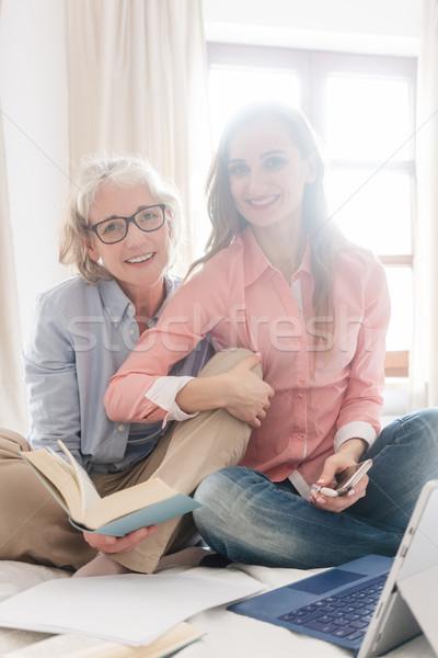 Senior jonge vrouw computer familie boek Stockfoto © Kzenon