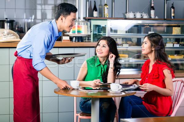 Knap De ober lage tafel twee mooie Stockfoto © Kzenon
