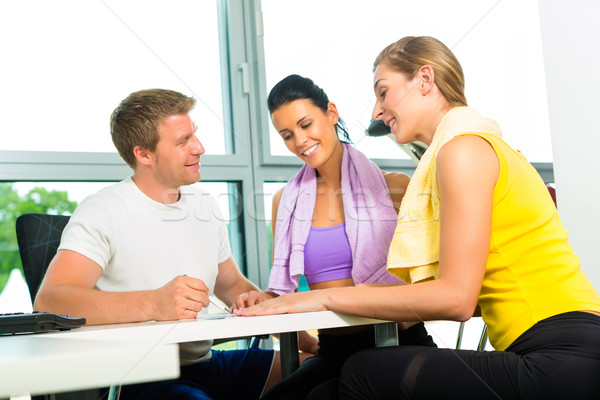Las mujeres jóvenes firma hasta gimnasio afiliación mujer Foto stock © Kzenon