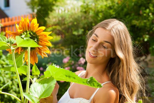 саду лет счастливым женщину цветы садоводства Сток-фото © Kzenon
