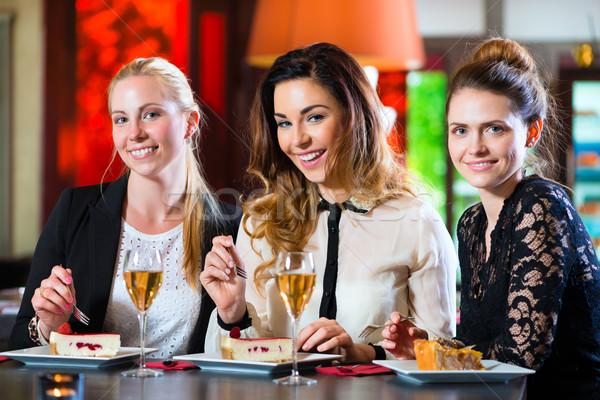 Affaires collègues travail documents café jeunes femmes Photo stock © Kzenon