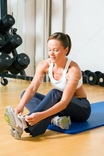 Vrouw schoenveters training gymnasium sport lichaam Stockfoto © Kzenon