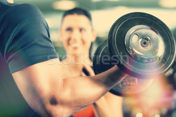 Siłowni szkolenia człowiek kulturysta Zdjęcia stock © Kzenon