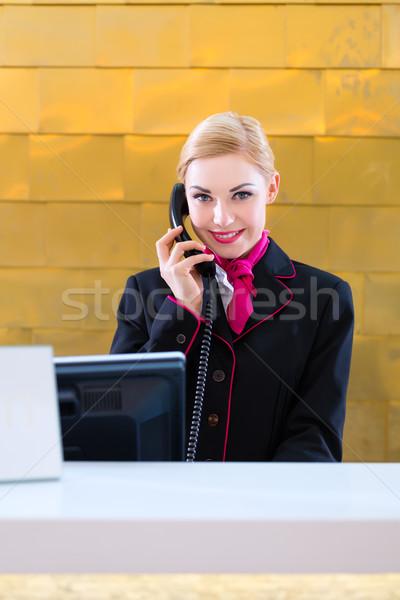 Hotel recepcionista teléfono frente escritorio diseno Foto stock © Kzenon