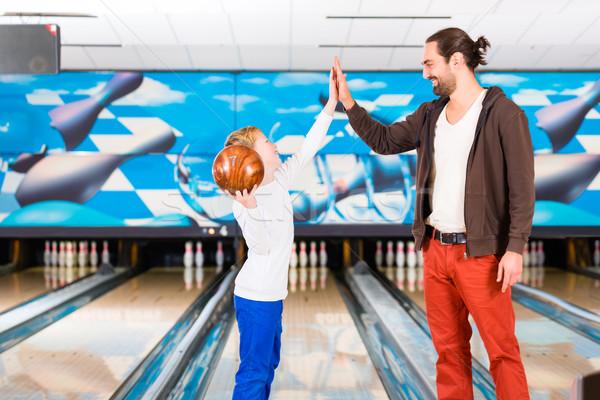 Hijo de padre jugando bolera centro familia manos Foto stock © Kzenon