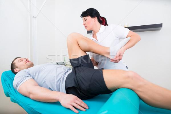Paziente pratica fisioterapia uomo sport medicina Foto d'archivio © Kzenon