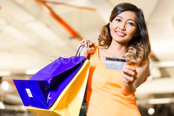 ázsiai fiatal nő fizet hitelkártya divat bolt Stock fotó © Kzenon