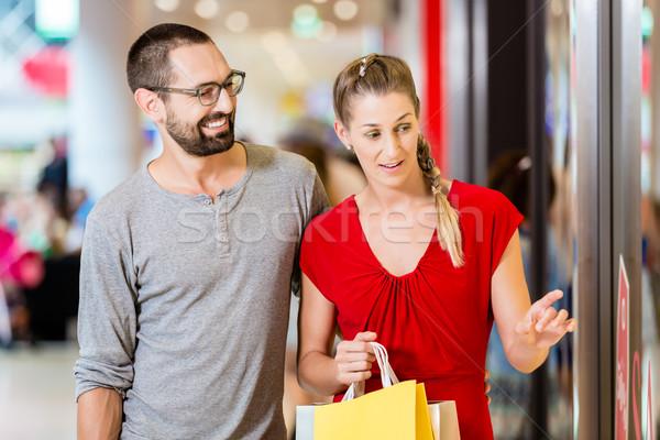 Paar Laden Fenster Mall Warenkorb Frau Stock foto © Kzenon