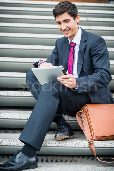 Imprenditore tablet comunicazione memorizzazione dei dati fuori giovani Foto d'archivio © Kzenon