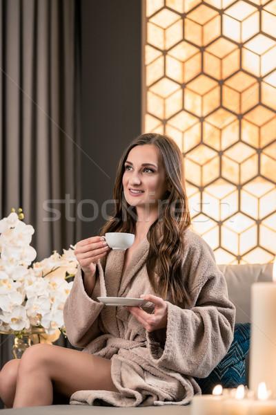 Młoda kobieta pitnej herbata ziołowa leczenie uzdrowiskowe posiedzenia Zdjęcia stock © Kzenon
