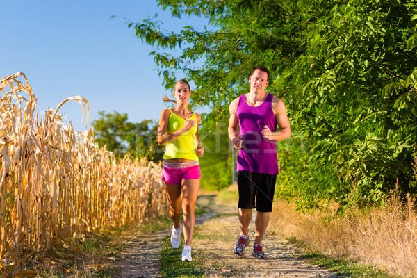 Homme femme courir sport rural sport Photo stock © Kzenon