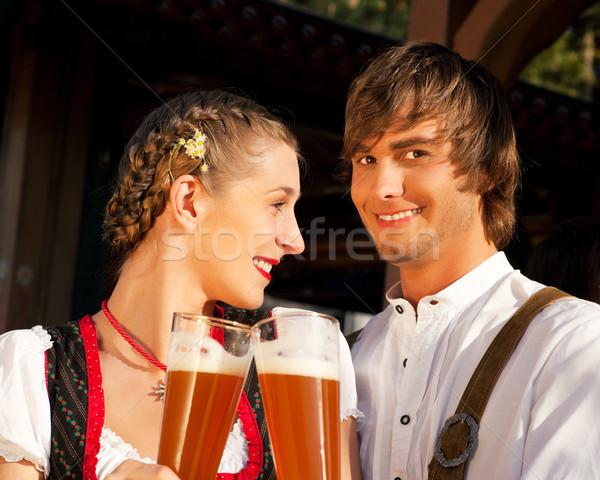 Paar trinken Weizen Bier traditionellen Lederhosen Stock foto © Kzenon