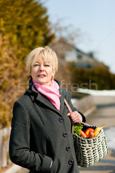 Mulher em pé rua casa inverno Foto stock © Kzenon