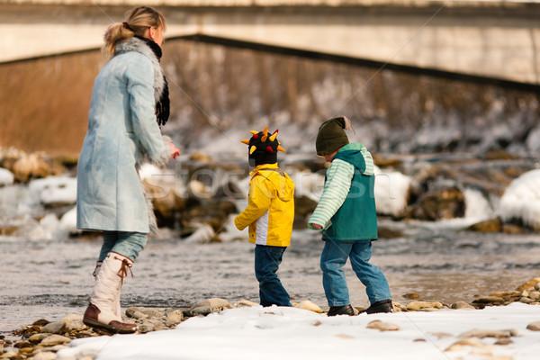 семьи зима ходьбы реке матери берег реки Сток-фото © Kzenon